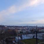 Dívám se dolů na Libeň a v dáli hvězdárna a Žižkov...