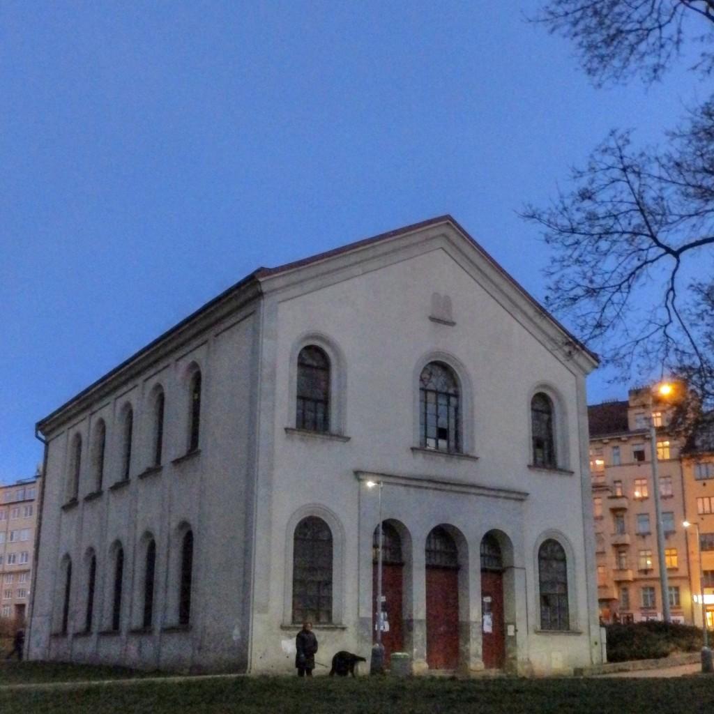 ...syngoga poněkud stranou dění...
